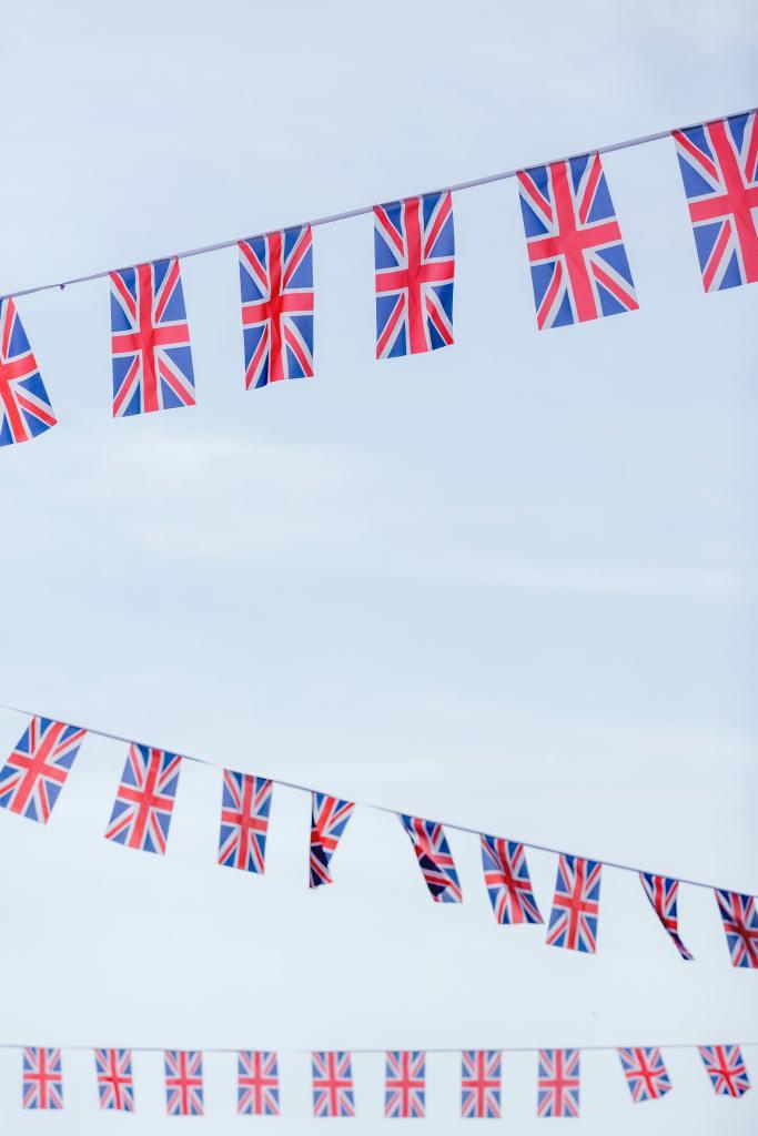 Großbritannien Flaggen hängen an Girlande vor blauem Himmel.