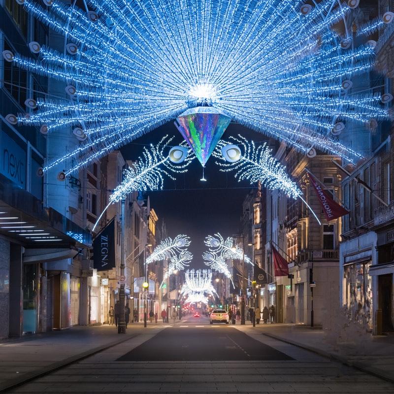 Weihnachtlich dekorierte Einkaufsstraße.